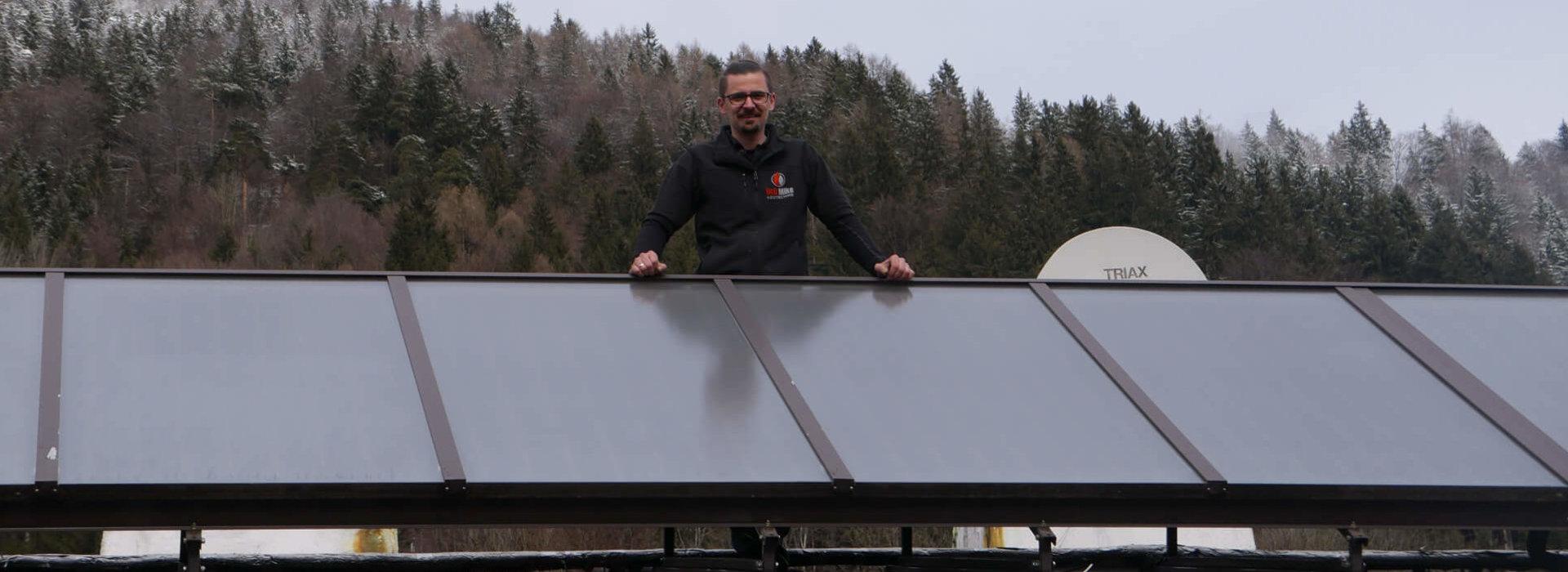Michael Unterlechner hinter einem Solarpanel